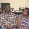 Un couple sur un sofa dans un appartement.