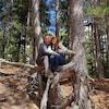 Kristin Millar et Dustin Cochrane pose pour la caméra dans une forêt.