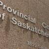 Une photo de la façade de la Cour provinciale de la Saskatchewan, à Regina.