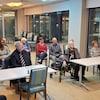 Le député Greg Fergus parle devant une classe d'étudiants adultes.