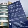 Une affiche à l'entrée de l'hôpital indique les règles de temps de visite et les consignes pour les rendez-vous médicaux.