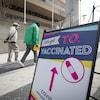 Une affiche près d'un centre de vaccination de masse à Toronto.