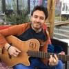 Cristian De la Luna avec sa guitare.