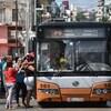 Des Cubains montent à bord d'un autobus.