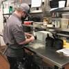 Un homme travaille en cuisine.