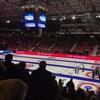 Des spectateurs se lèvent à la fin d'un match de curling féminin.