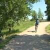 Deux cyclistes sur un sentier en terre battue dans le parc Meewasin, à Saskatoon.