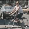 Jeune femme circulant dans les rues de Montréal en vélo dans les années 1970
