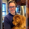 Damir Stipanovic tient un chien dans une cuisine.