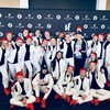 Les danseurs portent un costume blanc, noir et rouge.