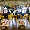 Des jeunes effectuent un saut dans le studio de danse, lors d'une répétition