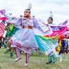 Une femme dansant dans un pow-wow.