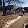 Voitures de police autour de l'école