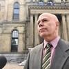 David Coon devant l'assemblée législative.