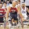 Des joueurs de basketball en fauteuil roulant pendant un match
