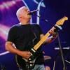 Gilmour joue de la guitare devant l'image d'un disque de vinyle.