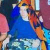 Une photo de l'adolescent avec sa couverture sur sa tête.