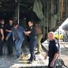 Des hommes en uniforme aident un homme âgé à sortir d'un avion militaire.