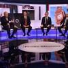 Les cinq dirigeants conservateurs sont assis sur un plateau télévisé. Rory Stewart lève son doigt et Boris Johnson a la main droite levée devant lui. Les autres candidats regardent en direction de Boris Johnson.