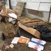 Des déchets et ordures près d'un garage dans une ruelle.