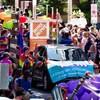 Un véhicule circule pendant le défilé de la Fierté à Ottawa.