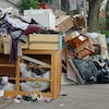 Des déchets et des objets encombrants jonchent le sol dans Hochelaga-Maisonneuve, à Montréal.