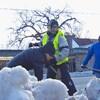 Trois personnes avec des pelles dans un banc de neige