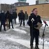 Le député Brian Masse est entouré de neuf personnes portant un masque lors d'une conférence de presse devant l'aéroport international de Windsor.