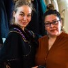 Le designer Tishna Marlowe et la modèle Anna Pri prennent la pose pour la photo.