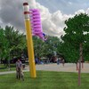 Esquisse de l'oeuvre d'art « Dessine-moi une chenille » : l'œuvre est composée d'un immense crayon de plomb sur lequel un éléphant rose au corps de chenille prend part à une fanfare enjouée.