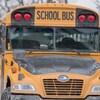 Un autobus scolaire l'hiver,
