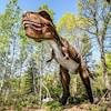 Un dinosaure dans un bois.