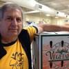 Volker Kromm pose avec une boite de carottes.