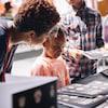 Une jeune fille regarde un livre à colorier.