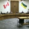 Neuf des 10 conseillers des divisions scolaires des écoles publiques de Regina assis lors de l'une de leurs assemblées.