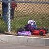 Des sacs à dos sont déposés sur le sol d'une cour d'école.