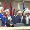Six chefs autochtones autour du maire de Calgary.