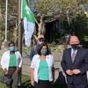 Des individus devant le drapeau franco-ontarien.