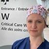 La docteure Boulva près de l'entrée d'un hôpital.