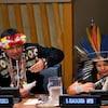 Deux représentants de peuples autochtones lors d'un sommet.