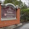 Une affiche indique l'entrée de la résidence Château Symmes, dans le secteur Aylmer.