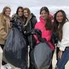 Adolescentes portant des sacs-poubelle.