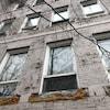 Une fenêtre d'un bâtiment abandonné.