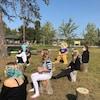 Des élèves sur des souches dans un parc