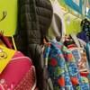Des manteaux et des sacs à dos d'écoliers dans une école primaire.