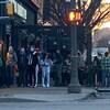 Une foule devant un bar d'Edmonton ne respectant pas la distanciation physique.