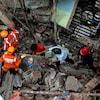 Des secouristes sur le lieux d'un effondrement