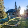 L'église en rondins St Anne's de Parksville et son cimetière baignent sous la levée du soleil.