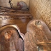 Deux sarcophages sont posés sur le sol.