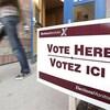 Un panneau devant un bureau de vote lors de l'élection provinciale au Manitoba